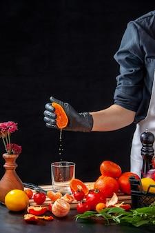 Widok z przodu kobieta kucharz robi sok z mandarynki na szary gotowanie sałatka zdrowie posiłek jedzenie owoce praca dieta warzyw świeży napój