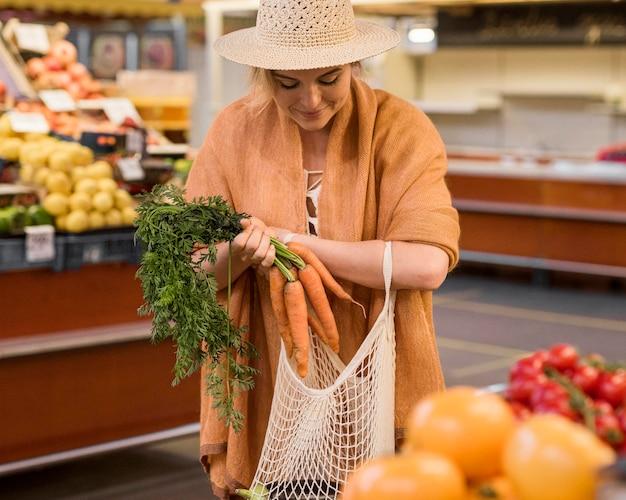 Widok z przodu kobieta kupuje pietruszkę