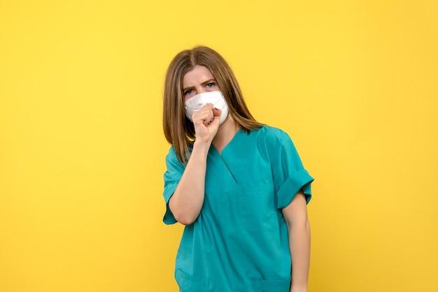 Widok z przodu kobieta lekarz kaszel na żółtym obszarze
