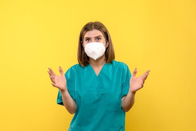 Widok z przodu kobieta lekarz na żółtej przestrzeni