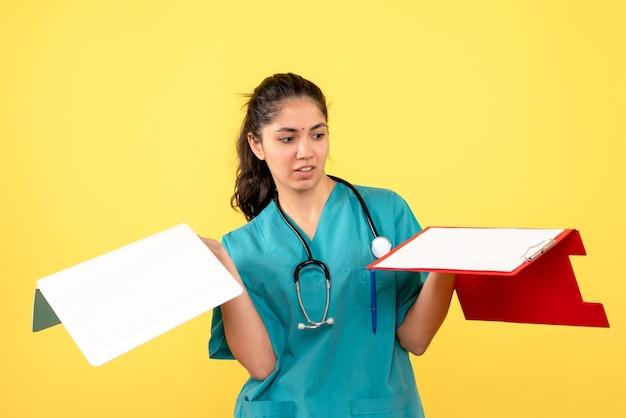 Widok z przodu kobieta lekarz patrząc na dokumenty