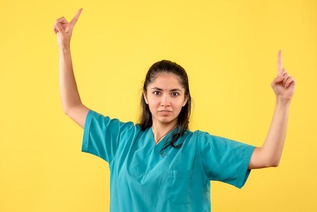Widok z przodu kobieta lekarz podnosząc ręce stojąc