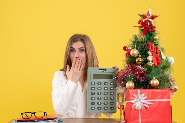 Widok z przodu kobieta lekarz posiadający kalkulator