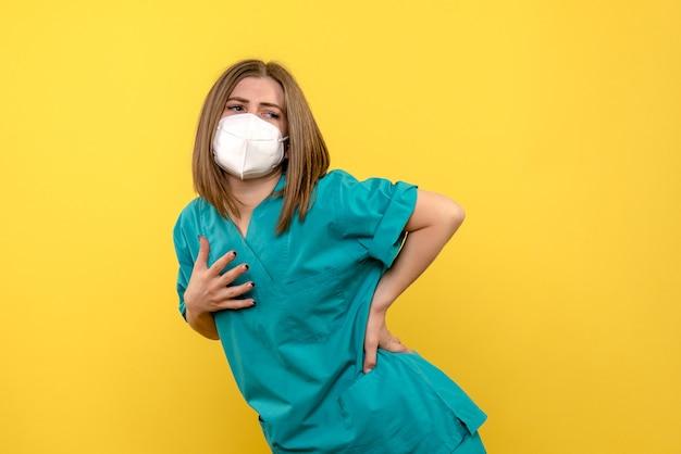 Widok z przodu kobieta lekarz pozowanie na żółtej przestrzeni