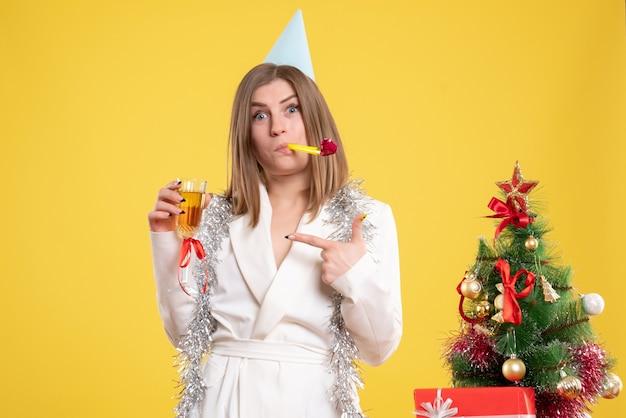 Widok z przodu kobieta lekarz trzymając kieliszek szampana