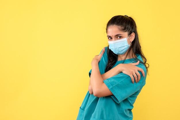 Widok z przodu kobieta lekarz trzymając się stojąc