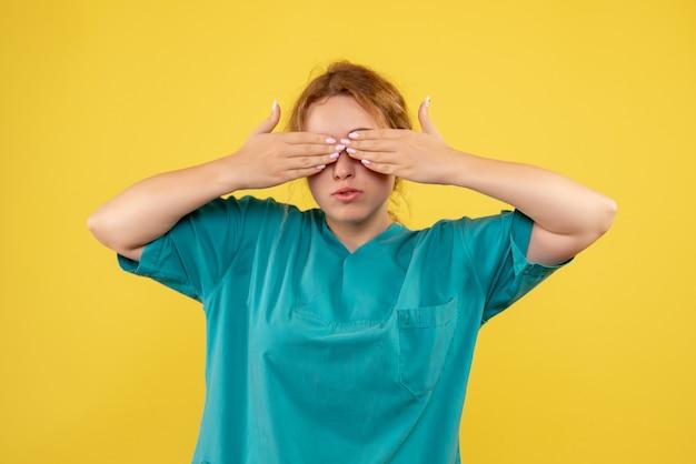 Widok z przodu kobieta lekarz w koszuli medycznej, kolorowa pielęgniarka zdrowia covid-19 emocji