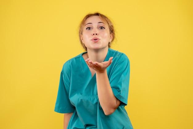 Widok z przodu kobieta lekarz w koszuli medycznej, szpital medyczny pielęgniarka covid-19 kolor