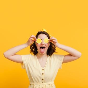 Widok z przodu kobieta obejmujących oczy z plasterkami cytryny