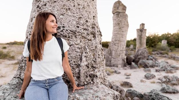 Widok z przodu kobieta odwiedzająca piękne miejsce z miejscem na kopię