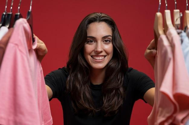 Widok z przodu kobieta patrząc przez ubrania