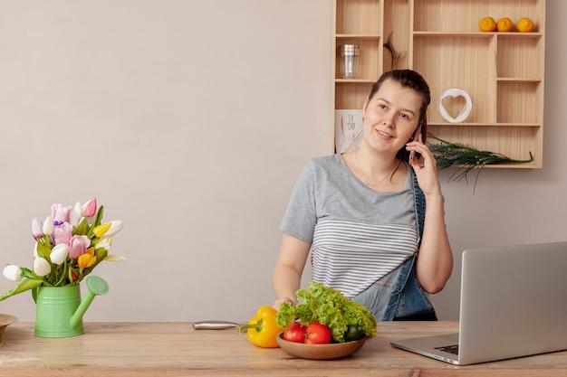 Widok z przodu kobieta pracująca w domu