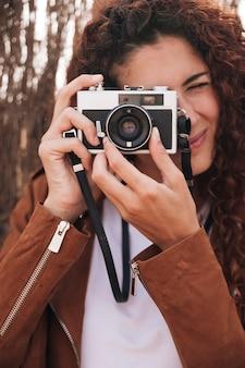 Widok z przodu kobieta robienia zdjęć