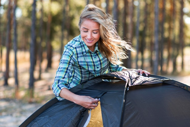 Widok z przodu kobieta rozpinająca namiot