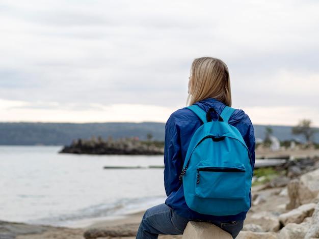 Widok z przodu kobieta siedzi na skałach
