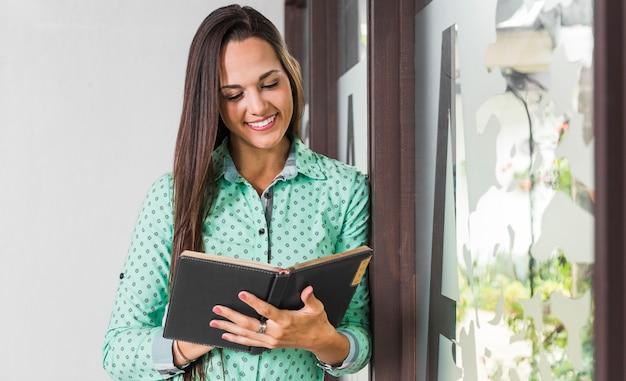 Widok z przodu kobieta sprawdza jej notatki