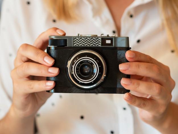 Widok z przodu kobieta trzyma aparat