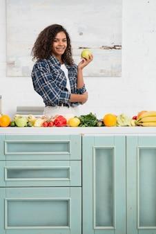 Widok z przodu kobieta trzyma jabłko