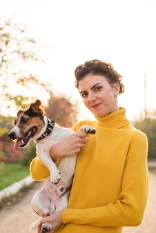 Widok z przodu kobieta trzyma jej psa