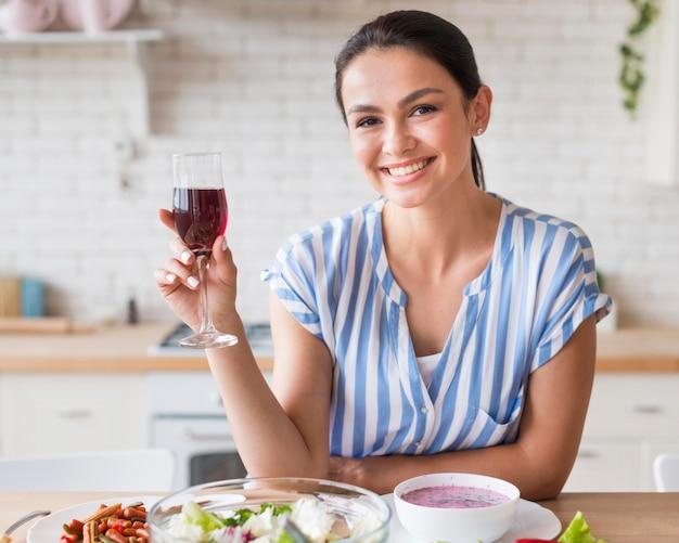 Widok z przodu kobieta trzyma kieliszek do wina