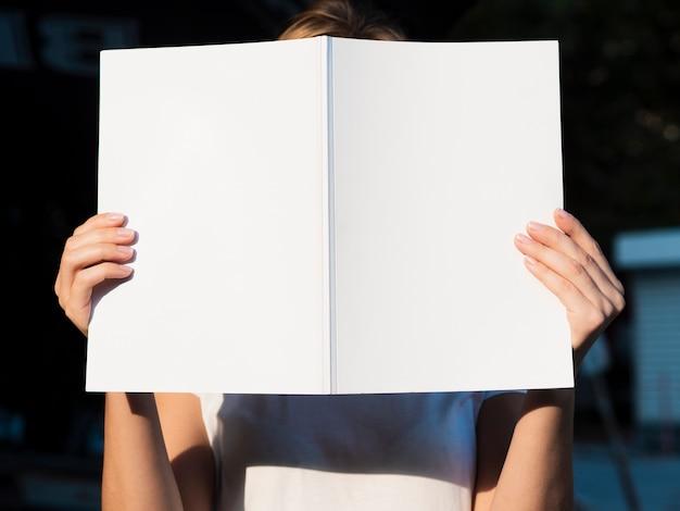 Widok z przodu kobieta trzyma magazyn makiety