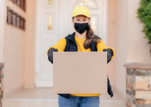 Widok z przodu kobieta trzyma pudełko