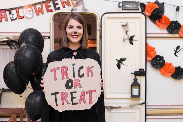 Widok z przodu kobieta trzyma znak halloween