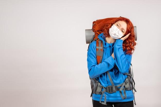 Widok z przodu kobieta turysta w masce z plecakiem do spania
