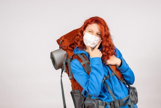 Widok z przodu kobieta turysta w masce z plecakiem