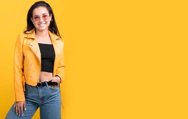 Widok z przodu kobieta w żółtej kurtce model czarny piątek