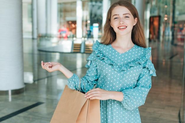 Widok z przodu kobieta z torby na zakupy
