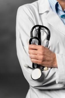 Widok z przodu kobiety lekarza posiadającego stetoskop