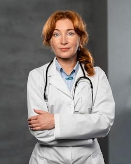 Widok z przodu kobiety lekarza ze stetoskopem