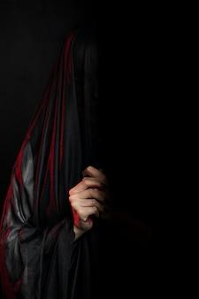 Widok z przodu kobiety na sobie czarny welon