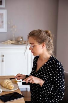 Widok z przodu kobiety o śniadanie