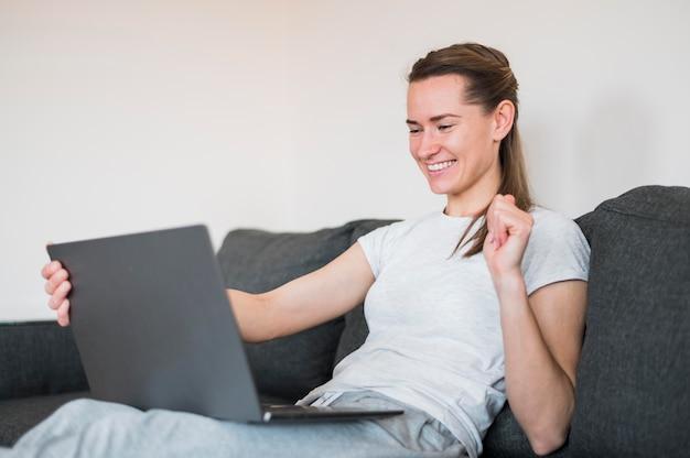 Widok z przodu kobiety posiadające połączenie wideo