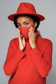 Widok z przodu kobiety pozowanie podczas noszenia maski