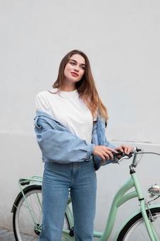 Widok z przodu kobiety pozowanie trzymając rower