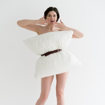 Widok z przodu kobiety robi poduszkę wyzwanie