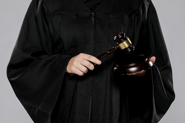 Widok z przodu kobiety sędziego z młotkiem