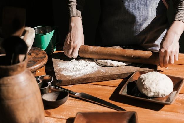Widok z przodu kobiety spłaszczania ciasta
