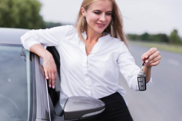 Widok Z Przodu Kobiety Trzymając Kluczyki Do Samochodu Darmowe Zdjęcia
