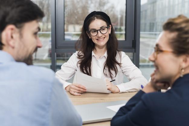 Widok z przodu kobiety uczestniczącej w rozmowie kwalifikacyjnej z ludźmi