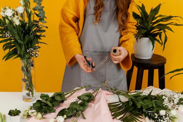 Widok z przodu kobiety układania kwiatów