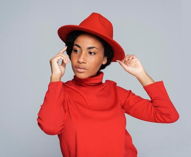 Widok z przodu kobiety w kapeluszu