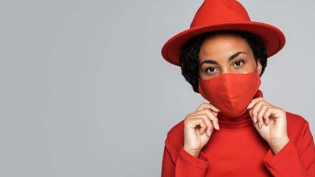 Widok z przodu kobiety w masce i kapeluszu