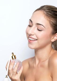 Widok z przodu kobiety z butelką perfum