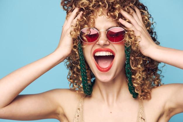 Widok z przodu kobiety z okularami przeciwsłonecznymi i otwartymi ustami