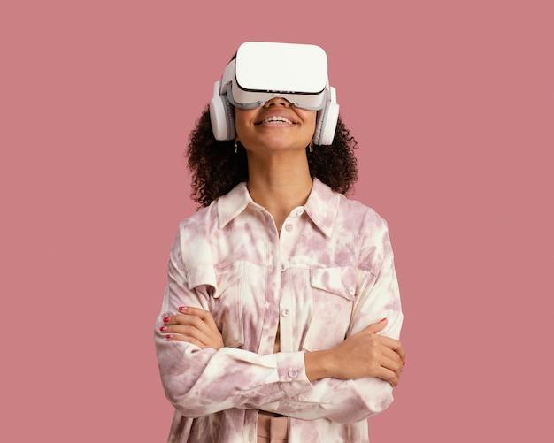 Widok z przodu kobiety z zestawem słuchawkowym wirtualnej rzeczywistości