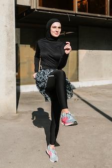 Widok z przodu kobiety ze szkoleniem hidżabu